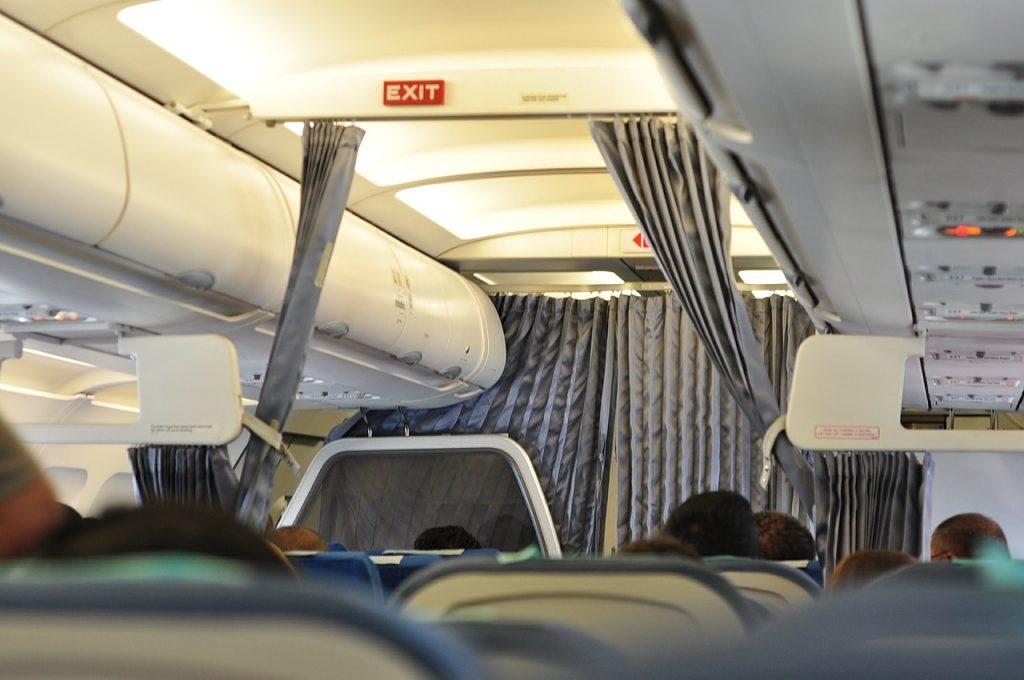 Blick in Richtung Business Class in der Flugzeugkabine